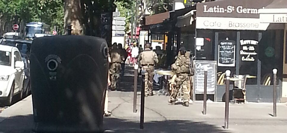 Soldados armados a guerra por París