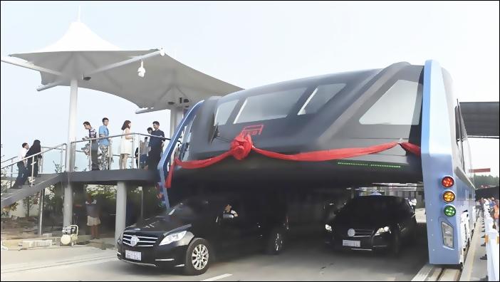 Ponen en duda la viabilidad del bus chino que va sobre el tránsito