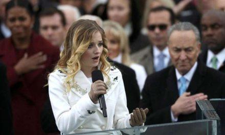 Jackie Evancho, de 16 años, cantó el himno en la asunción de Donald Trump