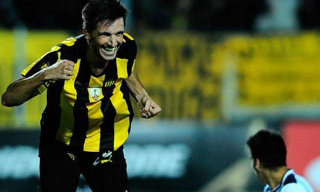 En dos minutos Peñarol enderezó el barco venciendo a Atlético Tucumán