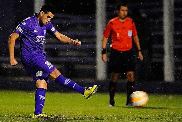 Gol de Gomez con el que Defensor derrotó a Liverpool en Belvedere