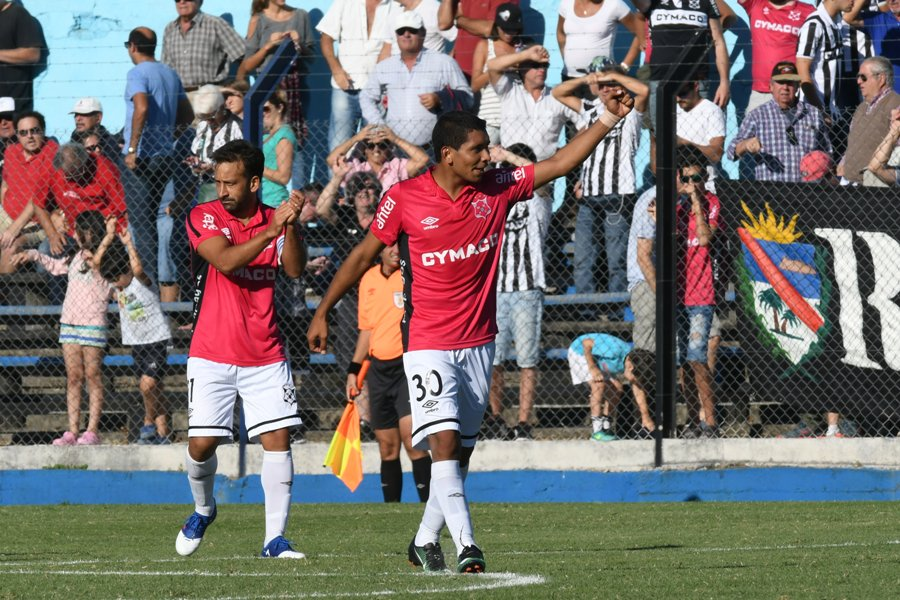 Wanderers superó a Cerro en la hora y es líder del torneo