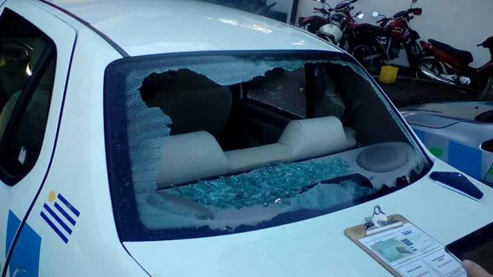 Daños y hurto a móvil policial, una persona procesada