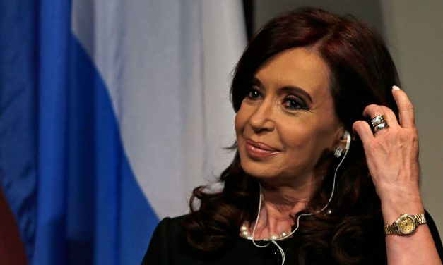"""Cristina Fernández """"está ganando tiempo"""", se postergó su juicio"""
