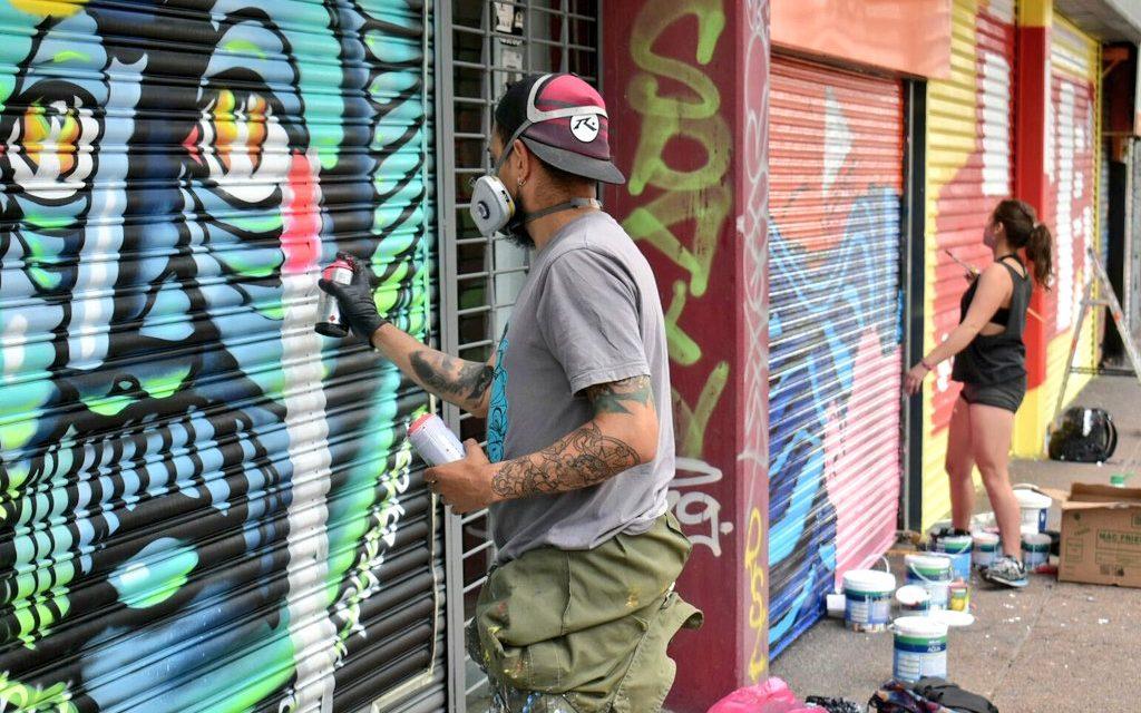"""Se concretó la """"Galería de arte a cielo abierto"""" de Montevideo en 18 de Julio"""