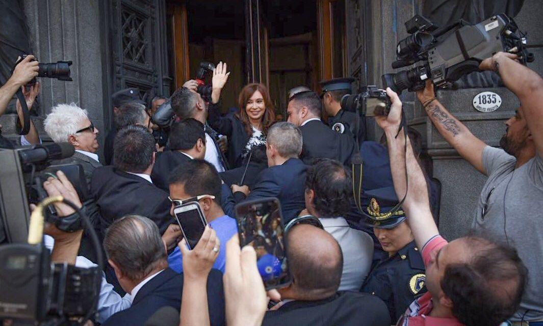 Cristina Kirchner jura en el Senado ante un peronismo dividido