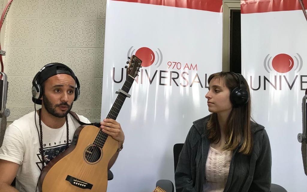 Alex Valbell y Fátima se ganan la vida tocando sus canciones en los ómnibus