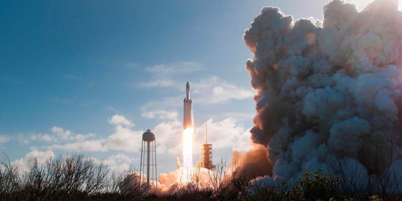 SpaceX lanzó al espacio un cohete que en la cápsula contiene un auto