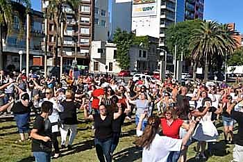 Más de cien personas bailando la muiñeira en la Plaza de Galicia