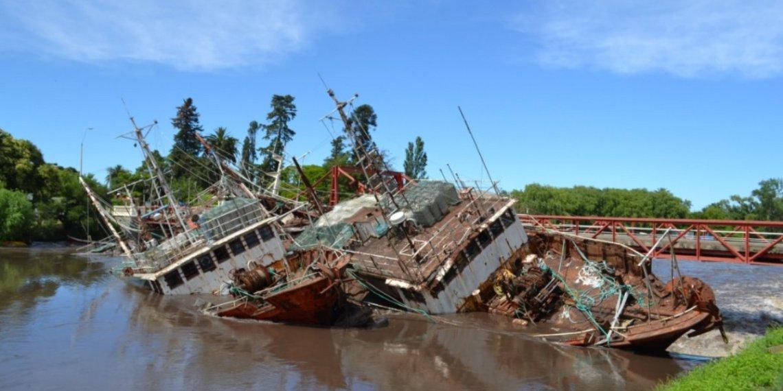 Retiraron buques en Puente Carmelo y barrieron 20.000 lts de combustible