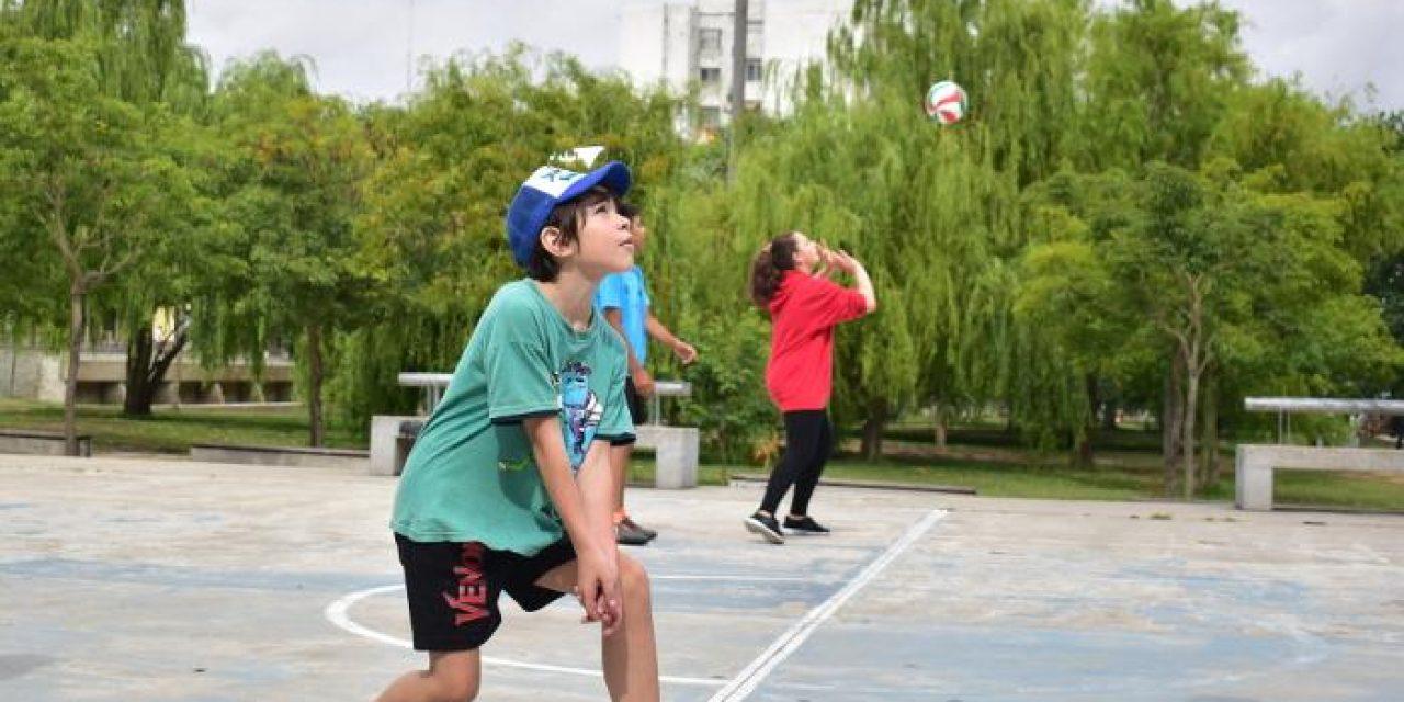 Se dictan clases gratuitas de Vóleibol para niños en Plaza Seregni