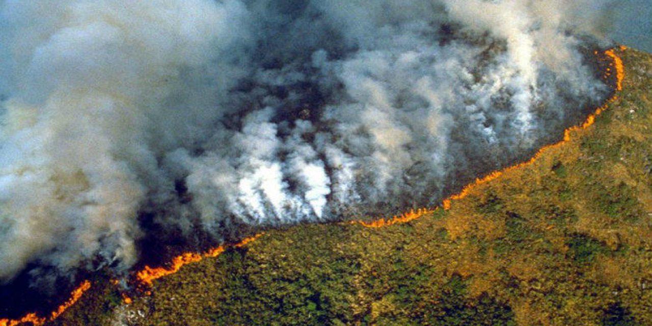 Bolsonaro aceptaría ayuda internacional para combatir incendios del Amazona, con condiciones