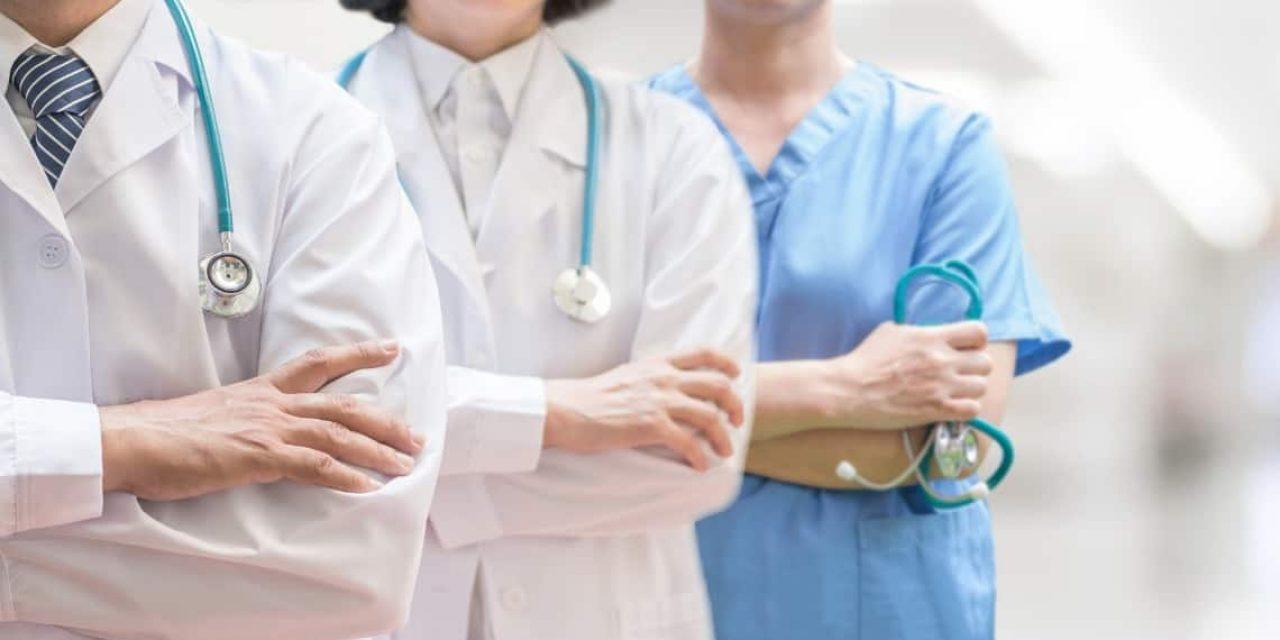 Criticas por festejo de médicos egresados que no respetaron protocolos de sanidad