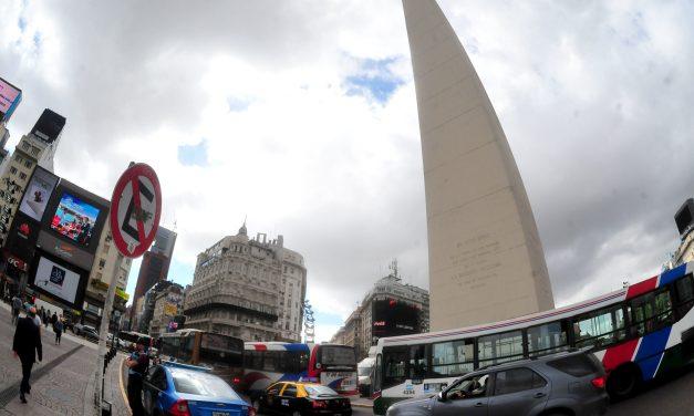 Con picos de contagios, Argentina intenta asomarse a la normalidad