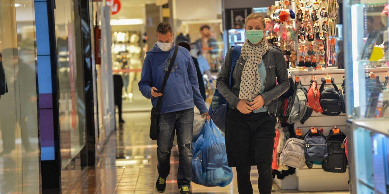 Shoppings extienden una hora su horario en agosto