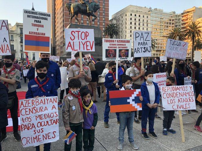 Colectividad armenia se moviliza frente a Torre Ejecutiva