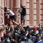 Incidentes y detenidos en velatorio de Maradona: la gente trepa las rejas de la Casa Rosada