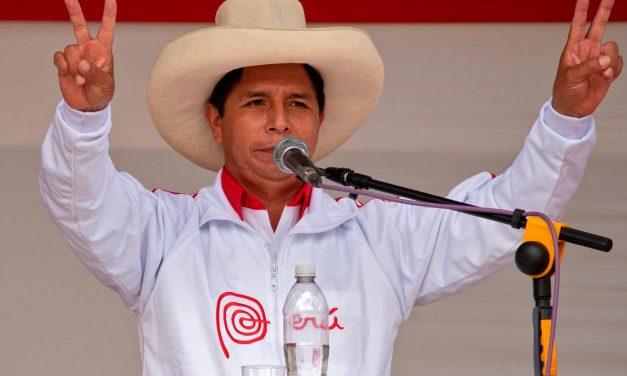 Asume Pedro Castillo como presidente de Perú: un país divido y en crisis
