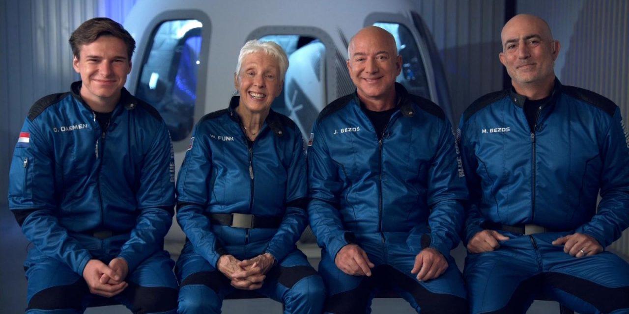 Jeff Bezos viajó al espacio a bordo de su nave con tres pasajeros que hicieron historia
