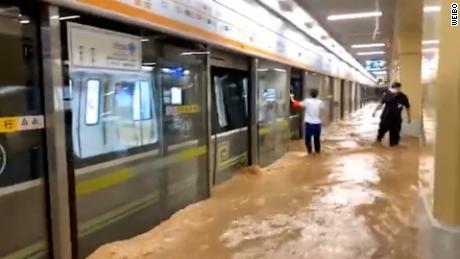 Lluvias rompen récord en China: 12 fallecidos en un subterráneo por inundaciones en Zhengzhou