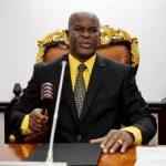 Vicepresidente de Surinam jugó por la Concachampions y entregó premio al equipo rival